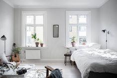 I'm drawn to this all white living& space. The decor of this room is so simple, yet so powerful and I love the sunlight on the crisp white linen bedsheets. via Alvhem The post White living spa White Studio Apartment, Studio Apartment Decorating, Apartment Interior, Home Interior, Interior Design, Minimalist Studio Apartment, Apartment Layout, Apartment Living, Deco Studio