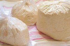 Υλικά (~1.8g ζύμης, 4 μεγάλες πίτσες) 1kg αλεύρι 4 κ.γ. (14g) μαγιά ξηρή 3 κ.γ. baking powder 2 κ.γ. ζάχαρη 3 κ.γ. αλάτι 220g γάλα χλιαρό 360g γιαούρτι πλήρες 2 αυγά ΕΚΤΕΛΕΣΗ Στον κάδο του μίξερ ρίχνουμε το αλεύρι, τη μαγιά, την baking powder, τη ζάχαρη και το αλάτι. Τα ανακατεύουμε με ένα κουτάλι. Προσθέτουμε [...]