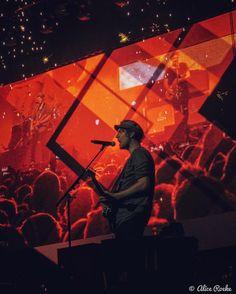Normaal gesproken had ik een dergelijke foto bijgesneden, maar ik vind deze kleuren zo geweldig!!!! ⚡️✨ En normaal gesproken heb ik nog wel zo'n hekel aan oranje  (Ziggo Dome // 12-11-2016) #eloiyoussef #rocksinger #kensingtonband #kstziggo #concertphoto #concertphotography #rockmusic #dutchrockmusic #dutchrockband #rockband #concertmusic #livemusic #livemusicphotography #concert #rockphoto #rockphotography #concertphotography #gigphotography #musicphotography #rockphotography #livephot...