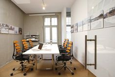 Sala konferencyjna w biurze architektonicznym. Nowoczesne biuro w starej kamienicy