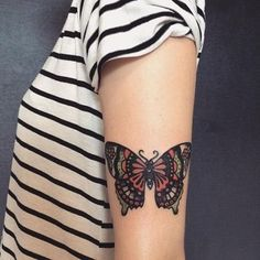 Bonito Borboleta Colorida com Desenho Detalhado de Tatuagem