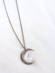 11cf9e5eab39f Collier boho avec chaîne et pendentif demi lune en or vieux et un joli  quartz clair