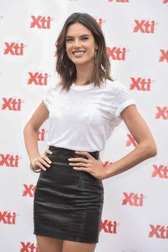 Alessandra Ambrosio es el paradigma de ángel de Victorias Secret. La modelo brasileña ha vestido el mítico fantasy bra de la casa lencera en dos ocasiones y lleva 16 años desf