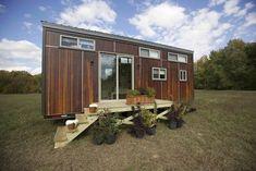 Z Huis: pequeña casa móvil con dos altillos. El fabricante Wishbone Tiny Homes construyó una pequeña casa móvil para una joven pareja amante de la escalada. La vivienda posee dos altillos para dormir. Está construida sobre un remolque, puede funcionar desenchufada de la red, gracias a sus paneles solares e inodoro seco. Posee cocina, cuarto de baño con ducha, una sala de estar, y dos dormitorios. Planos.  #Arquitectura, #Vídeos