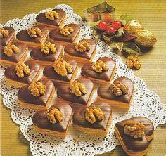 Z uvedených surovin vypracujeme těsto , které necháme odpočinout v lednici. Na krém potřebujeme: -150g másla -50 g mouč. cukru -2 vanilkové cukry -20 ml vaječného likéru Z těsta vykrajume tvary a lepíme krémem. Já dělám sríčka a pak polovinu srdíčka namáčím v bílé čokoládě. Je to výborné cukroví. Mini Cupcakes, Cupcake Cakes, Baking Recipes, Cookie Recipes, Toffee Bars, Wedding Appetizers, Czech Recipes, Christmas Cooking, Holiday Cookies