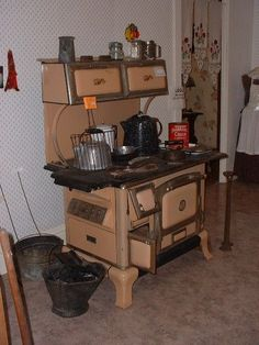 Awesome rustic design for an antique kitchen Wood Burning Cook Stove, Wood Stove Cooking, What's Cooking, Cooking Turkey, Farmhouse Style Kitchen, Rustic Kitchen, Vintage Kitchen, Antique Kitchen Stoves, Antique Stove