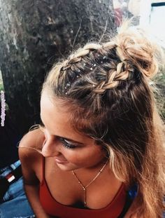 10 Cute Medium Length Hairstyles To Complete Your Look Festival hair looks great on medium length hairstyles! Pretty Hairstyles, Easy Hairstyles, Hairstyle Ideas, Hairstyle Tutorials, Holiday Hairstyles, Simple Hairstyles For Long Hair, Perfect Hairstyle, Casual Hairstyles, Different Hairstyles