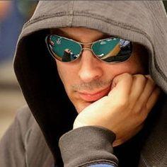 Phil Laak além de ser um dos grandes do poker, também é um comentarista do jogo. Laak Tem um título da World Poker Tour, um bracelete da World Series of Poker e já foi em inúmeros programas de televisão transmitidos nacionalmente.