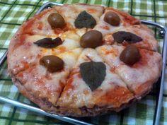 Meatzza (pizza sem massa com base de carne moída)  Sim, é isso mesmo que você leu. Uma pizza sem a massa, que é substituída por uma mistura de carne moída. Pode parecer estranho à primeira vista, mas esta espécie de bolo de carne fica uma delícia! Vi a Nigella fazendo na TV, segui direitinho o que ela ensinou e adorei o resultado: além de gostosa, é uma ótima alternativa para quem quer evitar os carboidratos simples no jantar.