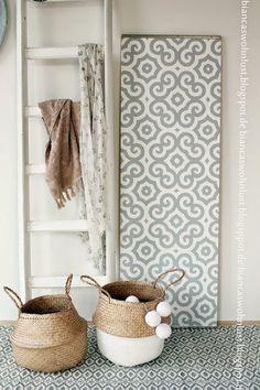 Cómo renovar el aspecto de tu salón con poco presupuesto....añadiendo detalles decorativos como cestos y una escalera