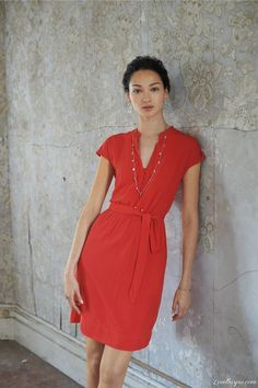 Sencillo y descomplicado pero con mucho estilo, es este vestido #rojo tipo camisero que puedes lograr utilizando nuestra referencia Tiffany. #sutex