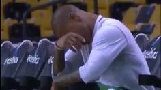 Un jour après le décès de sa soeur, Thomas a craqué avant de défier les Bulls NBA - Quelle émotion. Isiah Thomas n'a pu retenir ses larmes ce dimanche lors de l'avant-match de Celtics-Chicago Bulls pour le premier tour des Play... http://www.eurosport.fr/basketball/nba/2016-2017/video-un-jour-apres-le-deces-de-sa-soeur-thomas-a-craque-avant-de-defier-les-bulls_sto6132923/story.shtml