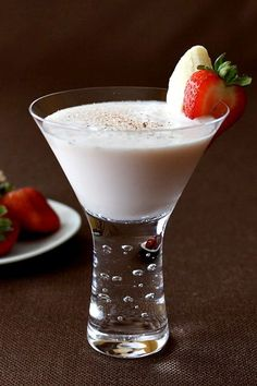 Banana Split Martini combines all the sweetness of a dessert and makes it into a cocktail. A martini for dessert! Non Alcoholic Drinks, Bar Drinks, Cocktail Drinks, Yummy Drinks, Beverages, Lemonade Cocktail, Martini Recipes, Alcohol Drink Recipes, Cocktail Recipes