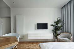 Minimalistische studio met een bijzonder kunstwerk in de badkamer - Roomed