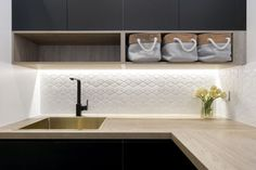 Love the tile splash back (or back splash as you would say in North America).