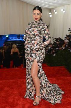 Kim Kardashian tentou de novo e errou mais uma vez. Ela chegou ao evento com um vestido Givenchy, florido, completamente fechado, revelando apenas a perna com uma fenda. O modelo não favoreceu por ter criado muito volume na parte superior.