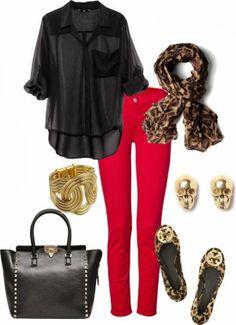 Pantalones rojos, camisa negra y un toque de animal print queda muy bien. Accesorios en dorado.