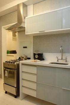 Cozinha compacta com coifa de inox e revestimento com pastilhas cinza
