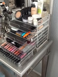 What a great I idea for storing make-up. I know all you ladies (including myself) are struggling with storing the piles of make-up we own! Rangement Makeup, Makeup Storage Organization, Storage Ideas, Storage Solutions, Make Up Storage, Make Up Organiser, Makeup Studio, Glamour, Beauty Room