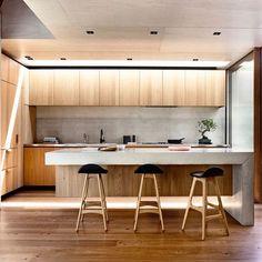 Revestimentos dão destaque para a cozinha por Schulberg Demkiw Architects (www.inandoutdecor.com.br)// Coatings gave highlight to the kitchen by #schulbergdemkin