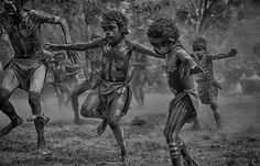 Aboriginal photographer A.Professor Wayne Quilliam is one of Australia's most respected Indigenous photographic journalists specialising in aboriginal photos Aboriginal Children, Aboriginal People, Aboriginal Culture, Aboriginal Art, Australian Aboriginal History, Bird People, Indigenous Art, African Art, Figurative Art
