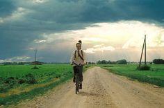 EL ÚLTIMO ROMEO (VIIMANE ROMEO)  Moonika Siimets • Comedia musical • Estonia • 2013 • 36 min // Lembo, un romántico chico de campo, vive en un pequeño pueblo donde los hombres se emborrachan y las mujeres sueñan con la vida feliz en la ciudad. Lembo se enamora de la bella Liisu y decide declararse. Pero la cosa se complica cuando aparecen el padre de Liisu y su perro, que sólo bebe vodka.