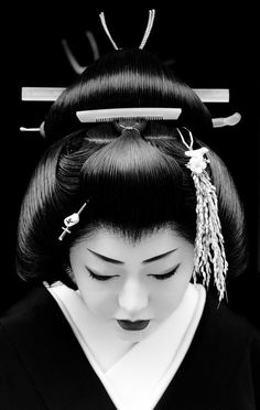 Japanese Geisha (芸者), geiko (芸子) or geigi (芸妓) - stunning black and white portrait. Die Geisha, Geisha Art, Geisha Japan, Geisha Makeup, Black White Photos, Black And White Photography, White Picture, White Art, Japanese Beauty