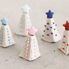 How to make tiny Christmas trees out of egg carton.
