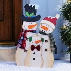 Wrapped up in scarfs and caps, our Snowman Family are ready for the winter season! With an easel back, this trio makes a merry addition to your holiday décor! Christmas Yard Art, Christmas Yard Decorations, Christmas Wood Crafts, Christmas Signs, Christmas Snowman, Rustic Christmas, Christmas Projects, Holiday Crafts, Christmas Ornaments