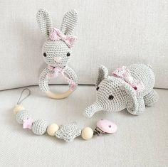Zuckersüßes Mädchen-Set aus Hasenrassel, Schnullerkette und Elefant in hellgrau und rosa.  #häkeln # - tina_empunkt