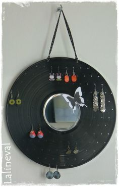 Idée recyclage pour présentoir bijoux.  Pinned by www.latourstudio.etsy.com #upcycledrecord #vinyl