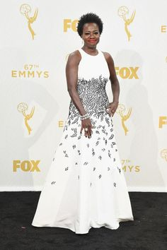 Viola Davis, estrela da noite, escolheu um modelito do estilista Carmen Marc Valvo.