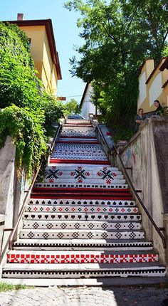 Scările Rakoczi, din Târgu Mureș, vopsite cu motive tradiționale