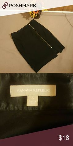 Banana Republic zippered pencil skirt size 6 Black pencil skirt with zippered front and small slit at the bottom, size 6 Banana Republic Skirts Pencil