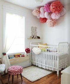 babyzimmer grau rosa ideen bäume weiß wanddeko hocker grau sessel