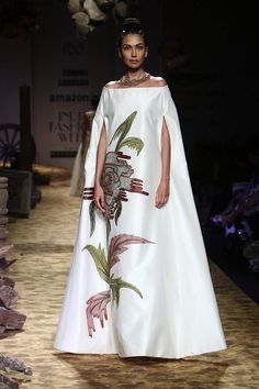 Also read: – 11 Sexy Evening Gowns Trends From Spring 2018 Couture Collections – Latest Gown Styles to Try in 2018 Abaya Fashion, Modest Fashion, Fashion Outfits, India Fashion Week, Fashion Show, Fashion Design, Japan Fashion, African Print Fashion, African Fashion Dresses