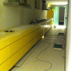 Här ser man den visuella effekten av spegeldörren som delar av lägenheten mellan köket och v-rummet..