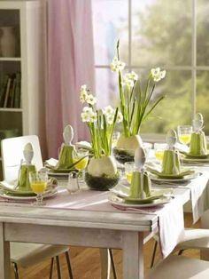 déco de table avec des fleurs et des oeufs
