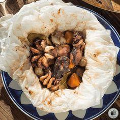 Ένα άκρως καλοκαιρινό πιάτο !!Από τον Chef Γρηγόρη Χέλμη! Υλικά 1 κιλό μοσχιοί 150 γρ. καρότο, σε χοντρές ροδέλες 6 κρεμμύδια στιφάδου 2 μικρά φύλλα δάφνης 2 σφηνάκια ξίδι 2 σφηνάκια λευκό ξηρό κρασί αλάτι & πιπέρι   Εκτέλεση Προθερμαίνουμε τον φούρνο στους 160°C (στον αέρα). Κόβουμε 2 κομμάτια λαδόκολλα 40 x 40 εκ. … Stuffed Mushrooms, Vegetables, Food, Stuff Mushrooms, Essen, Vegetable Recipes, Meals, Yemek, Eten
