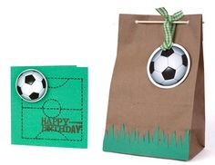 Today you will learn to organize and decorate the best children's party with a soccer theme, because we attach an idea for every detail. Decoration of a Baseball Party, Soccer Party, Sports Party, Soccer Birthday Parties, Birthday Party Themes, Birthday Invitations, Soccer Decor, Hockey Birthday, Decorated Gift Bags