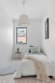 27 Amazing Small Apartment Bedroom Design Ideas And Decor. If you are looking for Small Apartment Bedroom Design Ideas And Decor, You come to the right place. Below are the Small Apartment Bedroom De. Small Apartment Bedrooms, Apartment Bedroom Decor, Small Room Bedroom, Small Rooms, Home Bedroom, Bedroom Wall, Simple Bedroom Small, Teen Bedroom, Decor For Small Bedroom