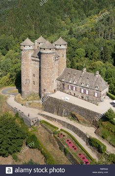 Wow, this is a neat early castle. Chateau Medieval, Medieval Castle, Castle Ruins, Castle House, Beautiful Castles, Beautiful Places, Scenic Photography, Portrait Photography, Wedding Photography