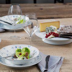 Kay Bojesen Grand Prix cutlery/flatware. Danish Design. Royal Copenhagen Blue Fluted Plain. Royal Copenhagen, Blue Chinaware, Grand Prix, White Plates, Danish Design, Dinner Table, Flatware, Dinnerware, Table Settings