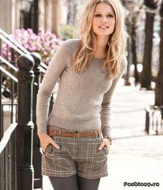 Le short à carreaux (avec des collants épais), la maille douce : élégant et détendu...