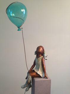 meisje met ballon van Murano glas. Bronzen beeld van Babke Moelee