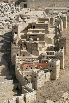 Ancient Jerusalem - City of David Model This is a model of the City of David, the area of Jerusalem first conquered by King David. Above the City of David the Temple would be built on the hill of Ophel. Jewish History, Ancient History, Turm Von Babylon, Diorama, Arte Judaica, Naher Osten, Holy Land, Ancient Architecture, Scenery