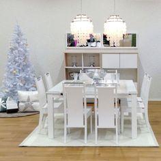 METRO-ruokapöytä ja KORU-tuolit, FONTE-kaapit ja TOLERO-valaisimet Kuopion myymälässä.