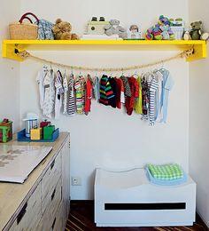Simplicidade foi a solução no projeto da arquiteta Letícia Arcangeli. A prateleira com corda surgiu como alternativa de menor custo para acomodar roupas no quarto de bebê. Na prática, funciona como um armário sem portas