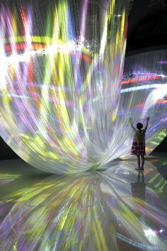 床の反射も影響して、巨大な水流の結び目の様にも見えてくる  ポリエステル製のグラスオーガンジーのドレープなスクリーン&プロジェクションが生み出す空間。