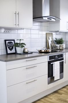How to put your kitchen credenza? Ikea Kitchen, Kitchen Cupboards, Kitchen Tiles, Kitchen Colors, Kitchen Furniture, Kitchen Decor, Estilo Shaker, Kitchen Trends, Painting Kitchen Cabinets